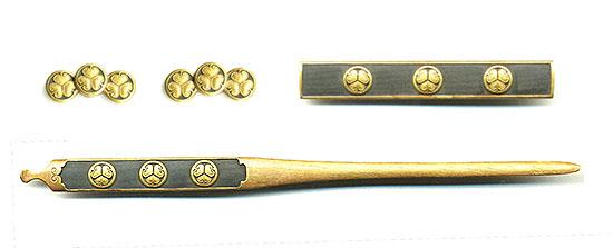 B114 三所物 三葉葵紋散 銘 後藤伝乗(花押)Mitokoromono Design of Mitsuba aoi  Maker Gotou Denjyo (Seal)